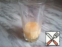 The egg is mixed in a glass until uniform.