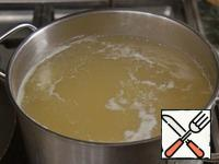 Broth bring to a boil, put the peas and cook until almost cooked.