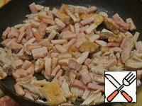 While cooking the peas, meat and meat products lightly fry in part oil until light golden brown.