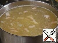 When peas is almost ready, add the potatoes and meat, bring to boil, reduce the heat to small and cook for 5 minutes.