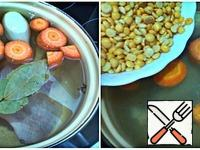 In a pan with water, add carrots (cut into pieces), 1 onion, chicken legs, bay leaf, cloves and bring to a boil, while periodically collecting the foam. Add peas, bring to a boil, switch to a small fire and cook under a half-closed cover for 1 hour, just do not forget to constantly remove the foam. I cook for a long time, because homemade meat is hard to reach. We buy frozen meat.
