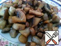 Select mushrooms from frying pan to the side.