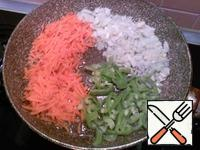 Grate carrots on a grater, cut onion. Bell peppers cut into strips and send to fry in the oil in which the mushrooms were fried.