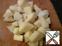 Cut the potatoes into cubes.
