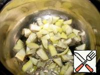 In the pot where we cook the soup, pour the oil. Chop the onion and fry five minutes in butter.