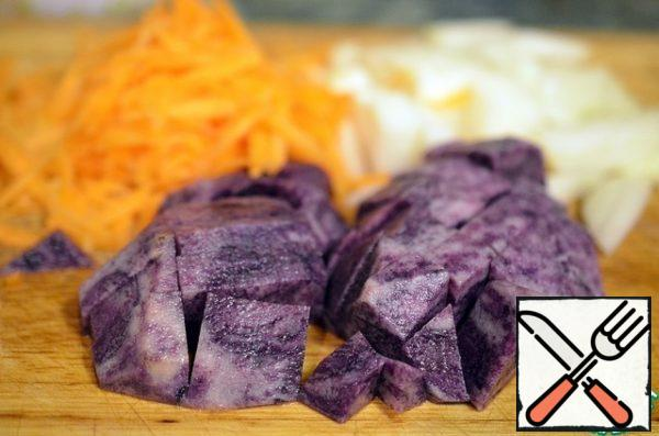 Peel the carrot and grate, peel the onion and cut into small pieces, peel the potatoes and cut into cubes.