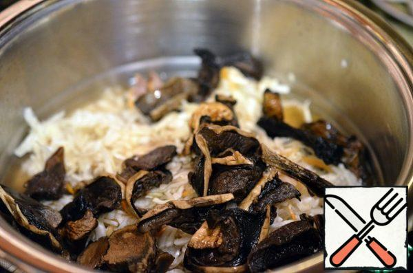 Mushrooms, along with the liquid in which they were soaked. Cover with a lid and leave for 30 minutes. Add chopped garlic and, if necessary, to bring to right consistency with hot water.