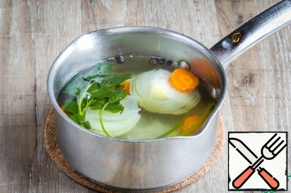 The first thing you need to put to cook the broth. Onions clean and cut in half, celery cut into two halves, carrots thick slides, greens. In a saucepan pour water, put the prepared vegetables and put on a big fire. When the water boils, salt, add pepper, reduce heat to a light drilling and leave the broth to boil for about 30 minutes.