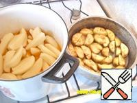 After 1.5 hours, drain the water from the eggplants, put it in a frying pan and lightly fry. In the sauce we cut the potatoes. When the potatoes are ready, add fried eggplants, salt to taste.
