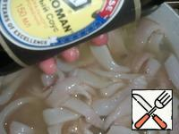 When the cooking time has expired, turn off the fire. Add the chopped squid and soy sauce. Close the lid and let the soup stand for 10 minutes. During this time, squid will be prepared. Salting to taste.