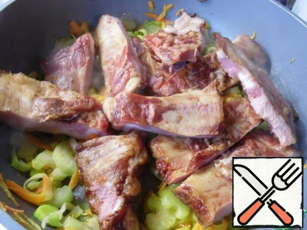 Ribs cut into one bone, add to the vegetables and fry for 7-8 minutes.
