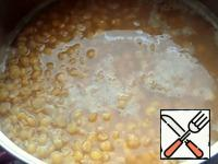 Boil the peas, when boiled, remove the foam, add salt.