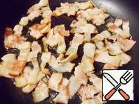 Fry the bacon in a dry pan until saaristotie. Then shift the bacon on a plate.
