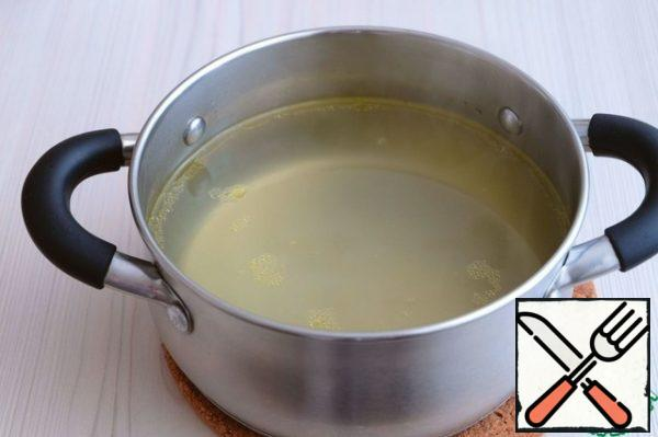 Broth put back on the heat, again bring to a boil. In a bowl, whip 2 eggs.
