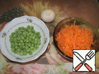 Carrots grate on a coarse grater, clean the onion. I used frozen peas.