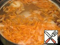 I made soup in a 1.5-liter saucepan. Chicken legs, pour cold water, put the onion, bring to a boil, reduce the heat, add boiled beans. Add boiled carrot (can be carrot fry).