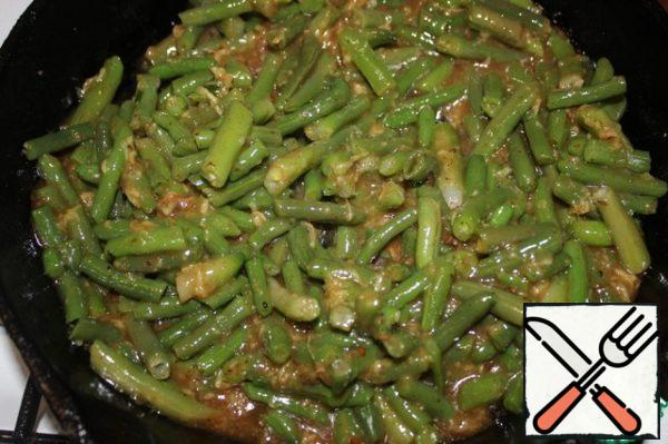 Spread on the pan is completely thawed green beans and stir for 5 minutes.