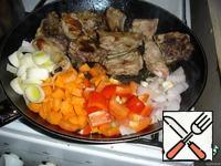 Fry the pork brisket, add vegetables, fry until cooked.