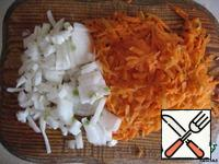 Add the finely chopped onions and grated on a coarse grater carrots. Cook for another 20 minutes.