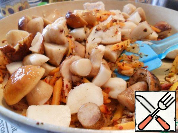 Cut the mushrooms in a large slice, send to the frying pan and add salt. Mushrooms absorb salt only at the beginning of cooking, if they salt in the end - they will be insipid.