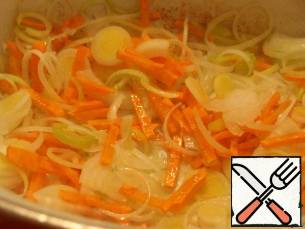 Put in a saucepan the onion, leek and carrots and cook, stirring occasionally, 8 minutes. If necessary, add 1 tbsp oil. Return to the pan smoked.