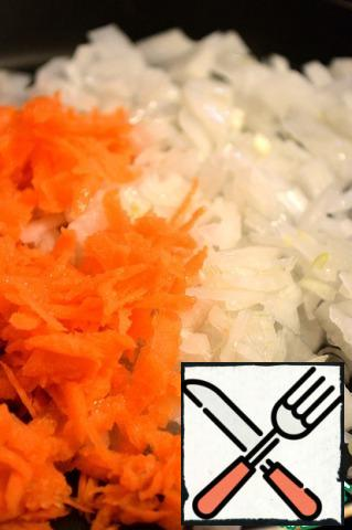 Carrot rub on a large grater, cut onion as you like, make frying with oil