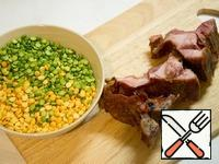 Take split peas, ribs divide on the bone. Peas and ribs, cover with water and cook over moderate heat until tender, season with salt. 15 minutes before readiness, add finely chopped potatoes.