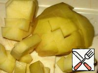 Potatoes peel, cut into cubes and add to the broth.