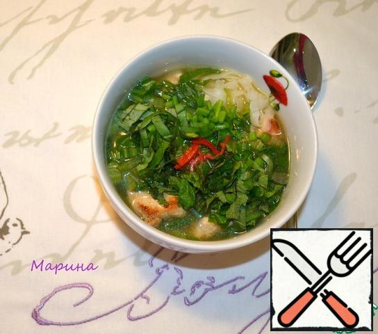 The hot broth is poured into plates, add the herbs and chilli. You can still in the bowl add soy sauce.
