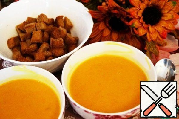 Serve cream soup is best with crispy crackers. If you cook for guests, you can decorate portions of soup parsley leaves.