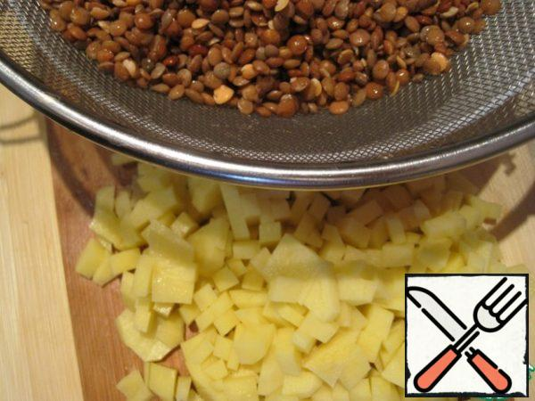 After the time the water is drained, washed lentils. Cut the potatoes into cubes. In boiling broth put lentils, tomato flakes and potatoes. Cook for 15-20 minutes or until potatoes are ready.