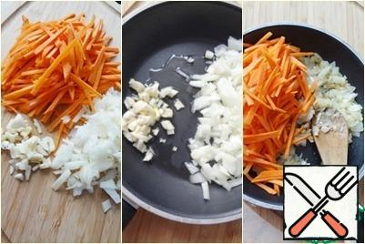 And also to make a roasting. To do this, chop the onion, garlic (optional), carrots. The pan pour oil, fry first the onion and garlic, add the carrots, fry until tender.
