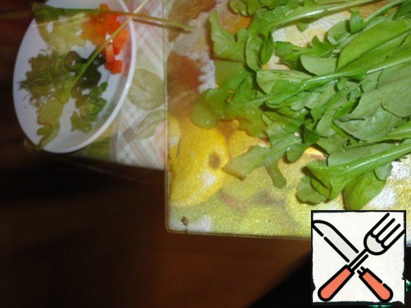 Arugula chop with a knife. Leave a pinch of vegetables for decoration.