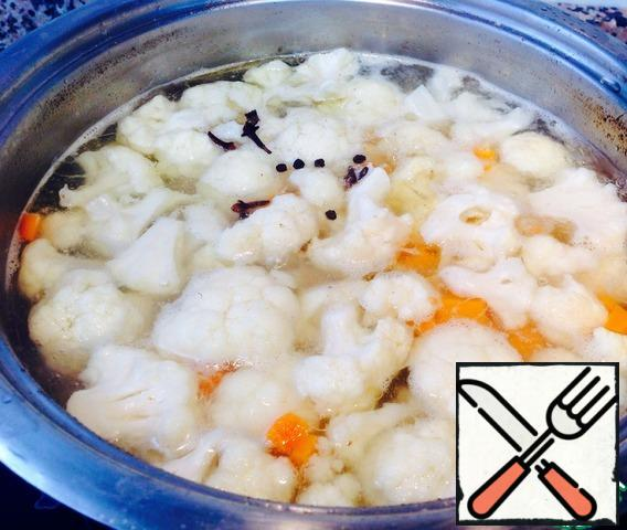 Take out the chicken meat and throw vegetables, add pepper, peas and cloves. Salt. Cook for 15 minutes until potatoes are cooked.