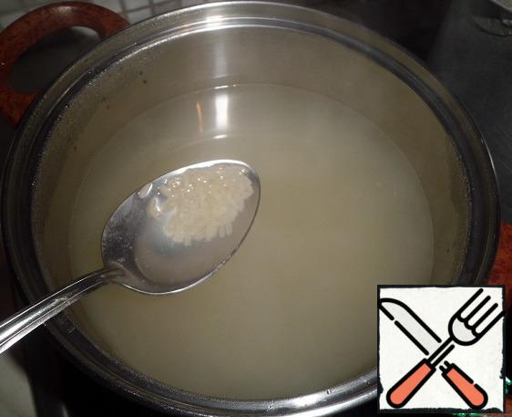 The broth is filtered, sent the fish to cool slightly. Add rice and salt. Fish divide in half: one half simply cut into medium-sized pieces, the second-as finely as possible.