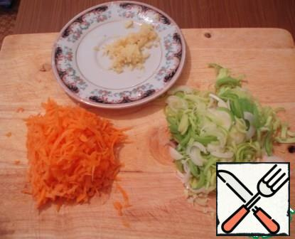 Leeks cut into half rings, carrot grate on a coarse grater, ginger into small.