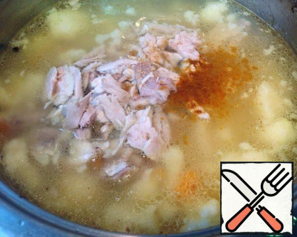 When the potatoes are ready in the soup, return the meat to the pan, add a pinch of dry ginger and a pinch of curry.