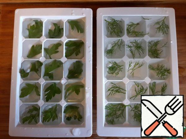 Put in each cell of a leaf of parsley or dill, pour water and freeze. These beautiful ice cubes can be used to cool the okroshka - just put a few cubes in a plate. Looks very impressive.