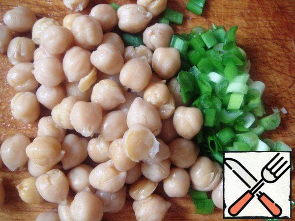 Cut 3 feathers green onion, add chickpeas and onion to the rest of the vegetables.
