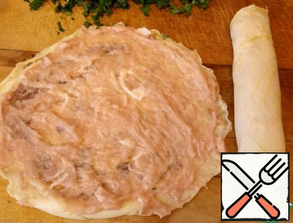 While preparing the broth, we make pancakes. To do this, mix the milk, eggs, salt, flour. Mix well. Grease the pan with oil and bake thin pancakes. Let it cool. Mix minced meat with cream. Lubricate each pancake chicken mousse, rolled into a loaf.