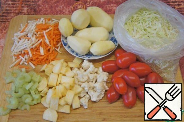 To prepare the vegetables. I had such a set: 300 g potatoes, 300 g cabbage, 1 carrot, a piece of celery root, 100 g capsicum, 1 turnip (90 g), 50 g cabbage, 250 g tomatoes, 1 celery stem (50 g), 1 small bell pepper. The weight of the vegetables given in already purified form.