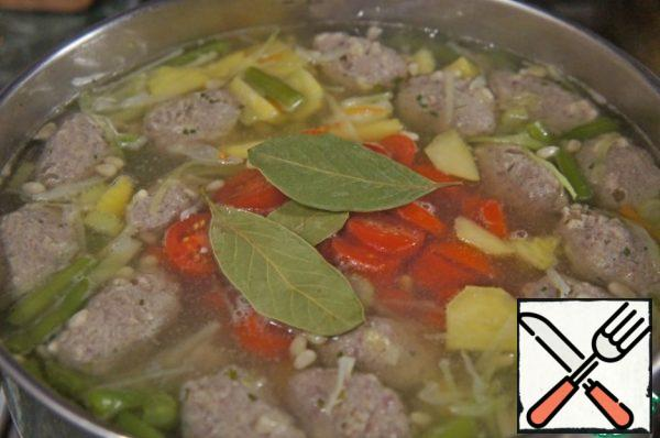 Cut the tomatoes into slices. Add the Bay leaf, boil for 2 minutes. Turn off the fire, if desired, put in the soup  garlic (2-3 cloves) and let it brew under the lid for 15 minutes.