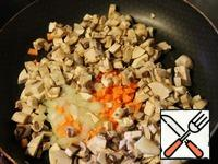 Prepare frying: mushrooms, onions, and carrots into small cubes and fry with 2 tbsp oil, until Golden brown.