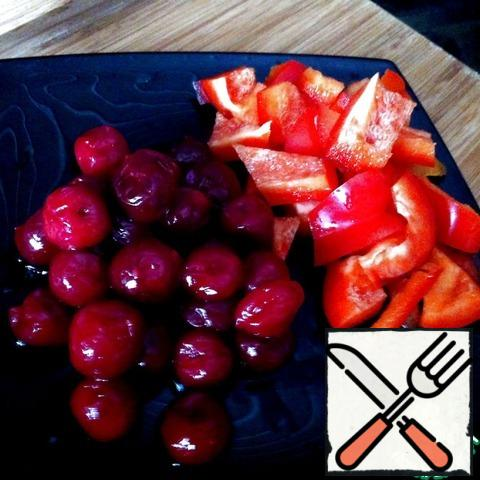 Cut into cubes the bell peppers. If cherries are frozen, thaw. Mix in a blender pulp tomatoes, pepper and cherries. Add sugar, salt and Tabasco. The amount of spices you need to adjust depending on your taste. In addition, much depends on the taste of tomatoes and cherries.
