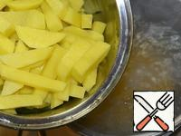 Cut the potatoes into cubes and add to broth, when the rice is almost ready.