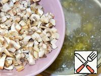 Mushrooms cut into cubes and when the potato is almost ready, add to the broth.