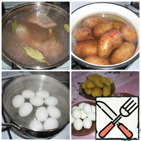 Boil eggs, potatoes in a uniform and meat. After the products are cooked, remove the meat from the broth, peel the eggs and potatoes.