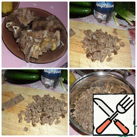 Cut the meat into cubes, add to the saucepan.