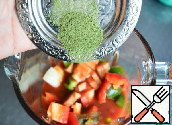 Folded into a blender and poured tomato juice. In the original, you need to add fresh Basil and mint.