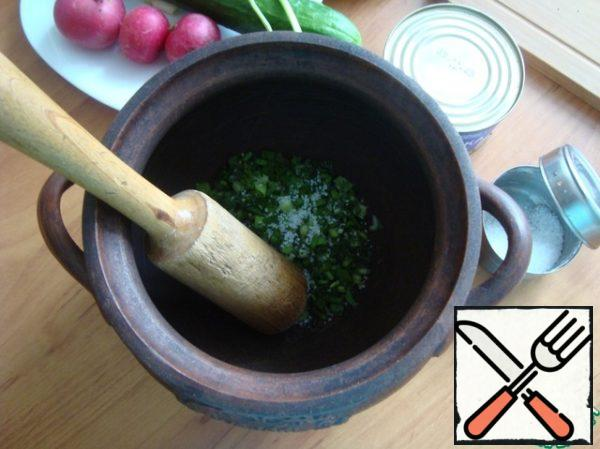 For okroshka I always take a large clay pot. Cut the onions and dill finely. Sent in a pot sprinkle with salt and cool. Crush onions with dill malkai until it gives juice. I have for this purpose a wooden pusher. Vegetables I always cut in very small dice, finely chop the parsley and put it into the pot.